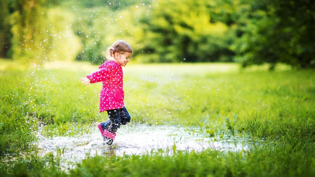 Meisje springt in plas water